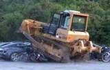 На Филиппинах, бульдозер уничтожил 68 автомобилей на 6 миллионов долларов