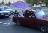 В Реке ребята устроили бассейн в автомобиль и так рассекали по городу