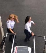 Девочки танцевали с движущегося самолета